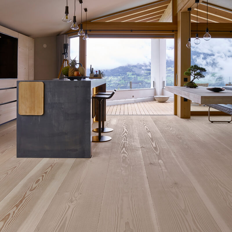 Heller Douglasie Holzboden In Einem Apartment In Den Bergen